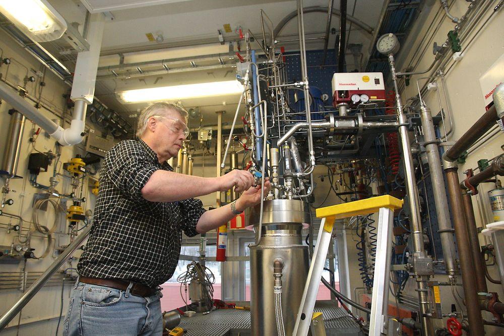 Klargjøring: Knut Fosse forbreder tester i en reaktor på ett av de mange laboratiriene til Norner.