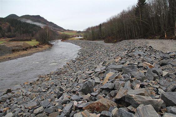 For å hindre erosjon inn mot kvikkleireskråningen har Statens Vegvesen steinlagt elva.