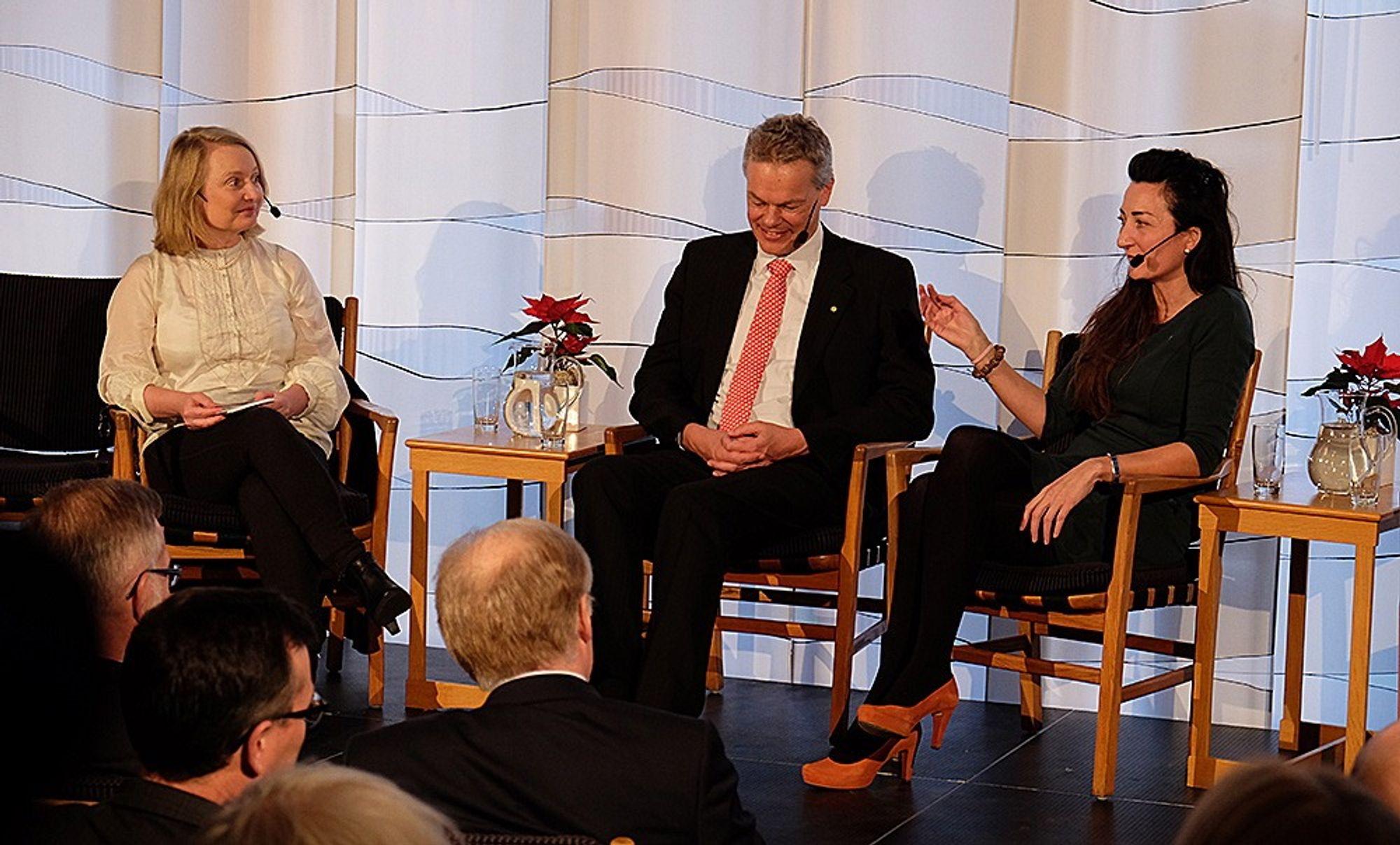 Edvard og May-Britt Moser deltok på en debatt om skolen i Norge og Sverige ved Den norske ambassaden i Stockholm. Her intervjues de av tidligere vitenskapsredaktør i Dagens Nyheter, Karin Bojs.