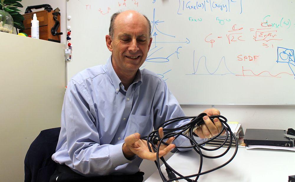 The cable guy: Professor Sverre Holm har satt seg godt inn i verdien av påkostede lydkabler.