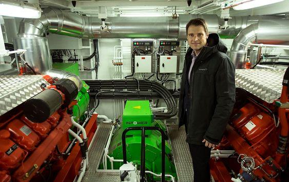 Geir Larsen fra Inpower med den grønne permanentmagnetmotoren i maskinrommet på Mulit Green.