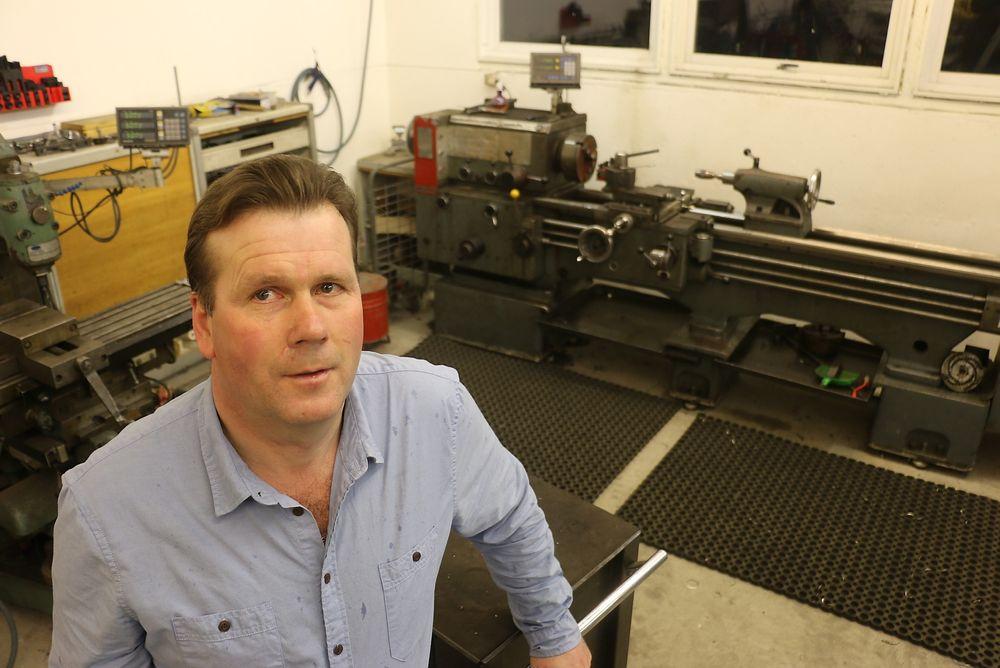 Eget verksted: Øystein Hagen driver sitt eget verksted i Lyngdal, men aller helst ønsker han seg fast jobb. Foto: Lars Rekaa