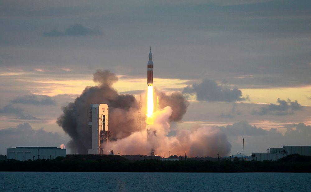 Her tar raketten Delta IV Heavy av med romkapselen Orion flybasen Cape Canaveral.