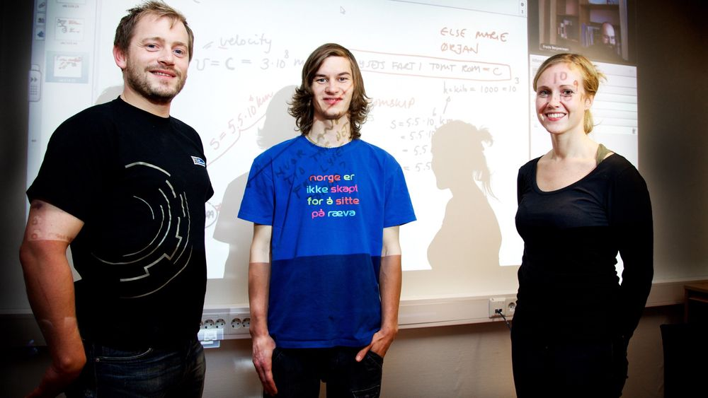 Ørjan Olsen (til venstre), Kim-Robert Sommerseth og Else-Marie Prytz mener det er en gavepakke at de får muligheten til å ta ingeniørstudier på Svalbard. Lærer Frode Benjaminsen, som underviser fra Narvik, kan skimtes oppe til høyre.
