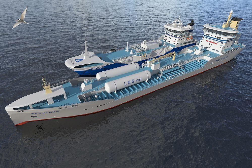 Her ligger «Coral Anthelia» side om side med en av Terntanks nye produkttankskip på 15.000 dødvekttonn og fyller LNG på dekkstankene.