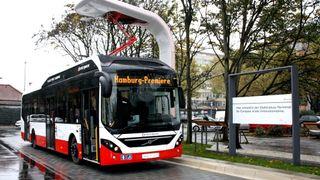 Volvos batteribuss lader med 300 kW og pantograf
