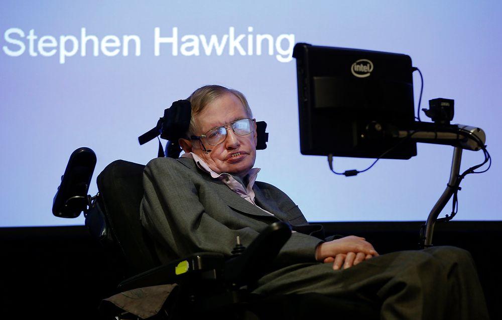 FORKLARTE: Her er professor Stephen Hawking under pressekonferansen hvor det nye systemet ble forklart.