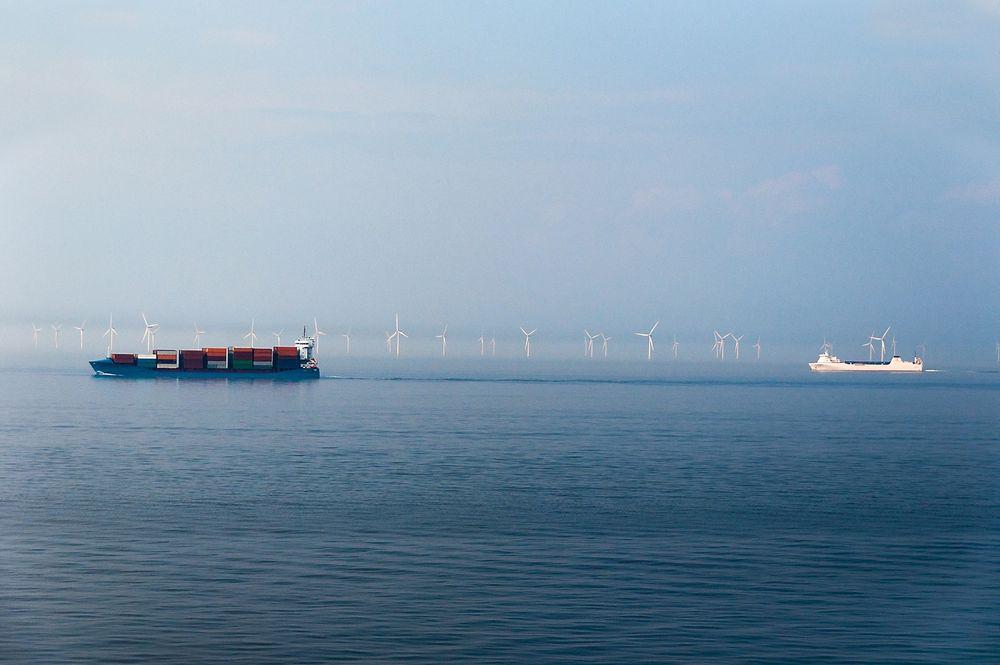 Fiskeridirektoratet er kritisk til at Siragrunnen havvindpark er tegnet inn i en sterkt trafikkert kyststripe. Her passerer skip en stor dansk havvindpark. Illustrasjonsbilde.
