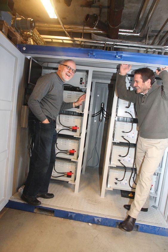 Trygt: Batteribanken på 30-40 kWh er plassert i en container i kjelleren på Marintek. Erik Hennie, Marintek - til venstre, og John Olav Lindtjørn, ABB.