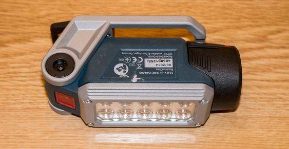 Klapplampe: Når den ikke er i bruk klappes foten/karabinkroken/magneten inn under lampa.