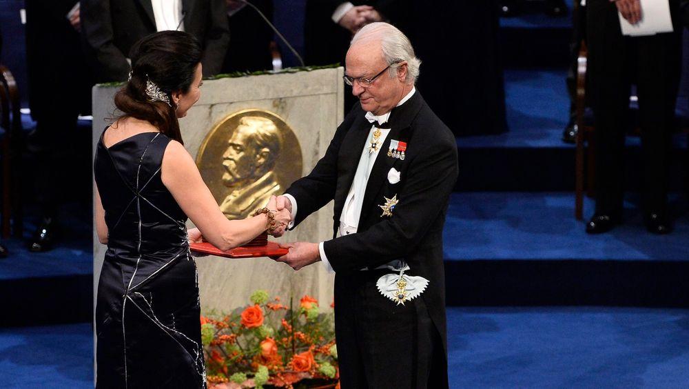 May-Britt Moser mottar Nobelprisen i medisin fra kong Carl Gustaf i Stockholm.