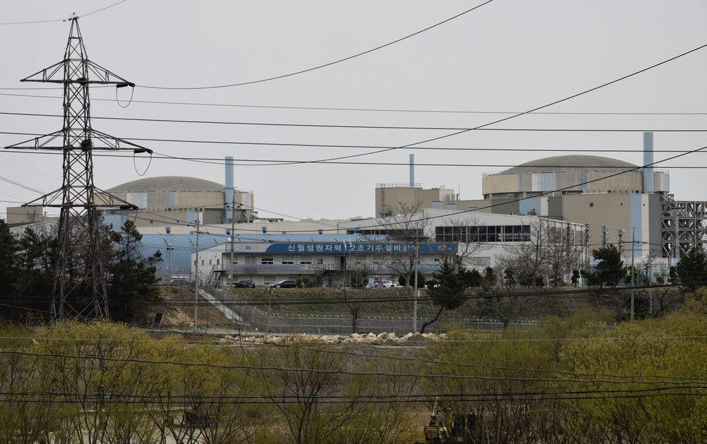 Angrepet: Dette arkivbildet fra 2013 viser to reaktorer Wolsesong i Sør-Korea. Mandag ble det kjent at det sørkoreanske selskapet som driver reaktorene, hadde blitt hacket.