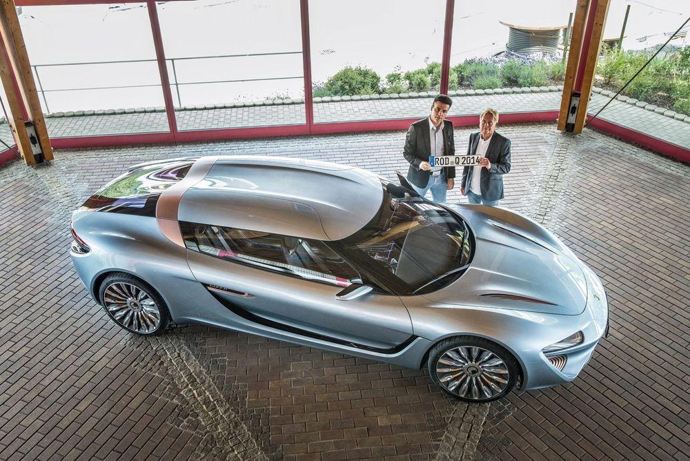 Godkjent: Nanoflowcells konseptbil, Quant e-sportlimousine har nå blitt godkjent for kjøring i Eurpa og har fått skilter. På bildet ses styreformann Jens-Peter Ellermann (til høyre) og teknisk direktør Nunzia La Vecchia.