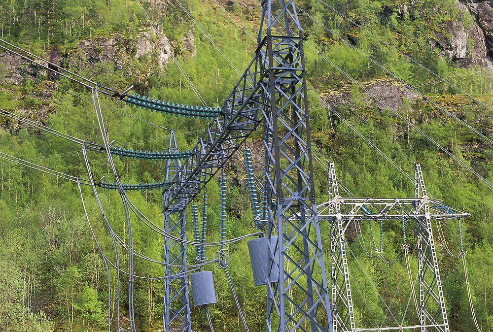 Kraftigere: Her er en høyspentmast i Kvildal i Suldal - et av områdene hvor det nå kommer nye småkraftverk.