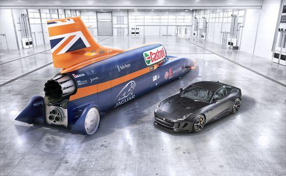 Fullskalamodellen av Bloodhound (den ekte vare er i ferd med å bygges nå) sammen med en Jaguar F-type. Den supersoniske bilen kommer til å veie over sju tonn og den er 14 meter lang.