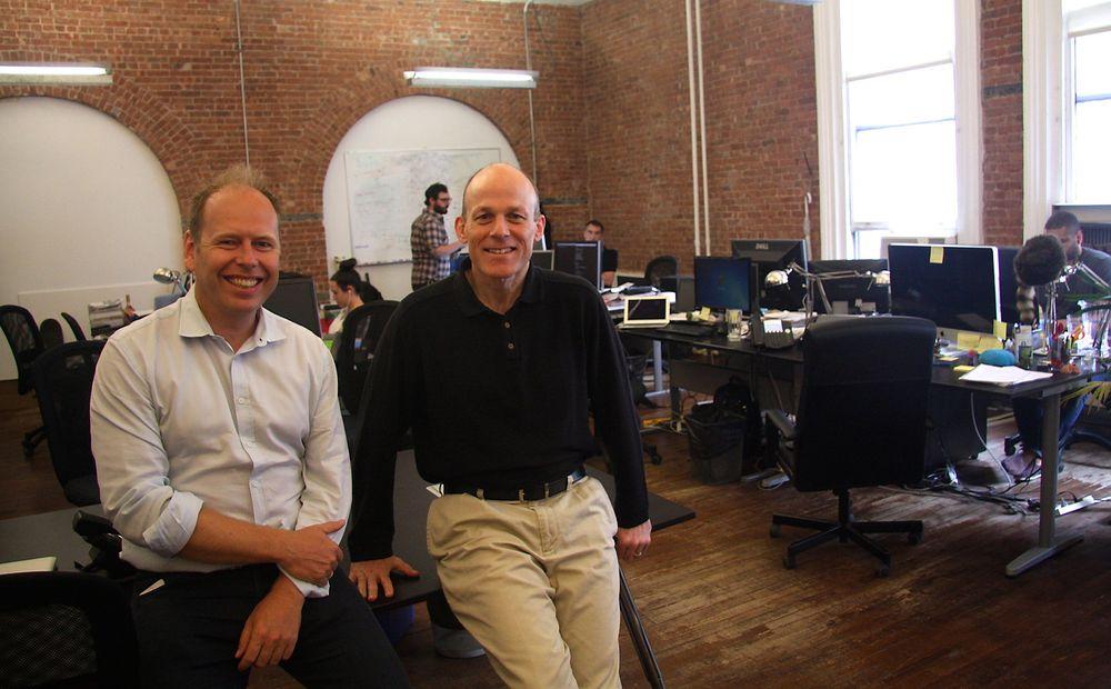 Gründer Bjørn Holte (t.v) har tatt rollen som CMO (leder for salg og markedsføring) i eget selskap, mens Mark Caron er ansatt som CEO i bMobilized.
