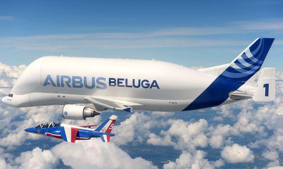 Et av Patrouille de Frances Alphajet sammen med Airbus Beluga over Toulouse.