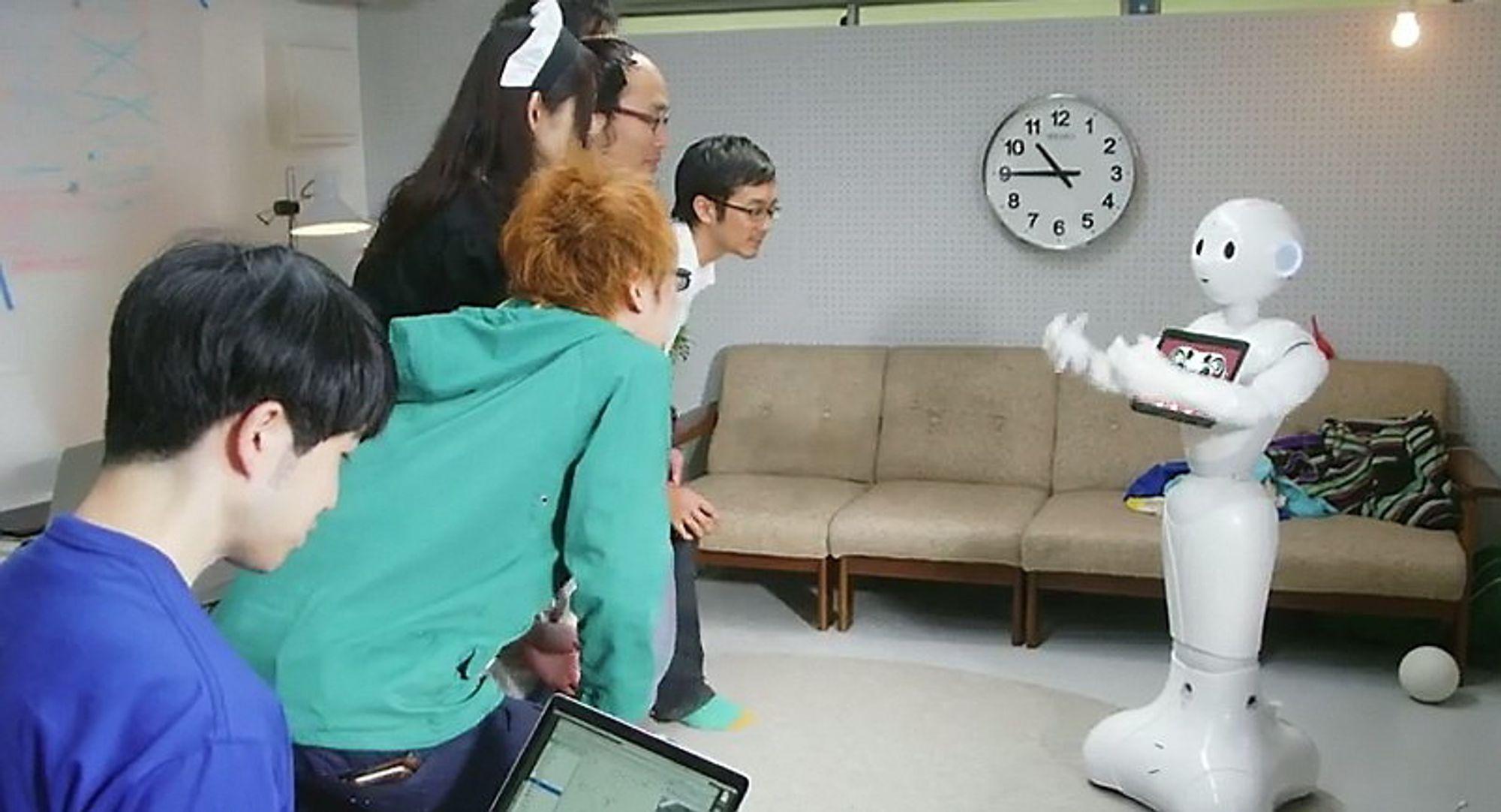 Pepper forstår følelser og lærer av interaksjon med mennesker, ifølge selskapet bak roboten.