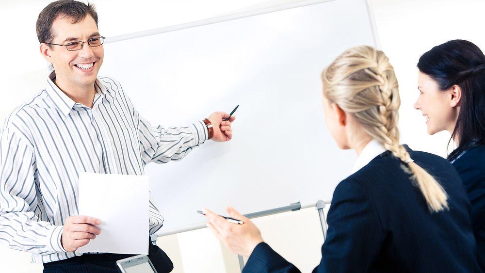 1 av 5 ledere sier de bruker kritikk som virkemiddel for å motivere de ansatte. Over 7 av 10 bruker ros, men ingen av delene er spesielt effektive, mener de ansatte selv.