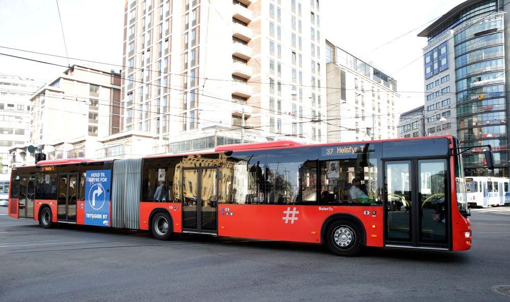 Altfor mange busser går gjennom Oslo sentrum, mener den tyske sivilingeniøren Axel Kuehn, som har sammenliknet kollektivtrafikken i Oslo med byer som Gøteborg, Amsterdam og Manchester.
