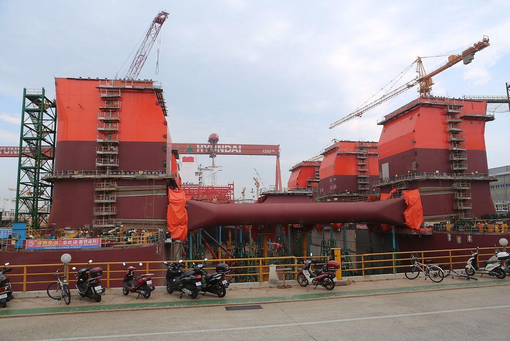 Den halvt nedsenkbare boreriggen Bollsta Dolphin bygges for riggselskapet Dolphin Drilling som eies av Fred Olsen Energy. Riggen bygges ved Hyundai Heavy Industries i Ulsan, Sør-Korea. Bildet er fra våren 2014, da mye arbeid gjenstod.