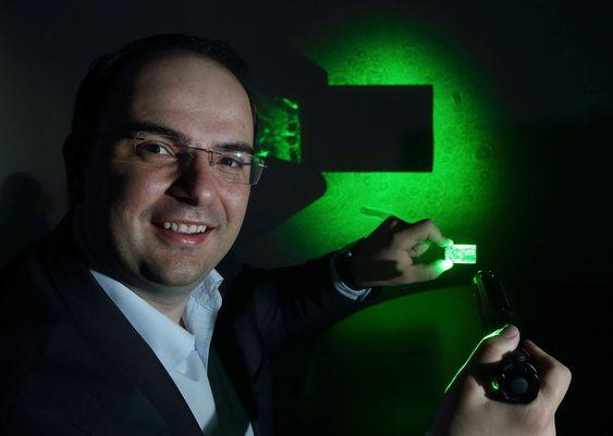 Lamda Guard-sjef George Palikaras viser egenskapene til selskapets tynnfilm som er konstruert for å blokkere laserbelysning.