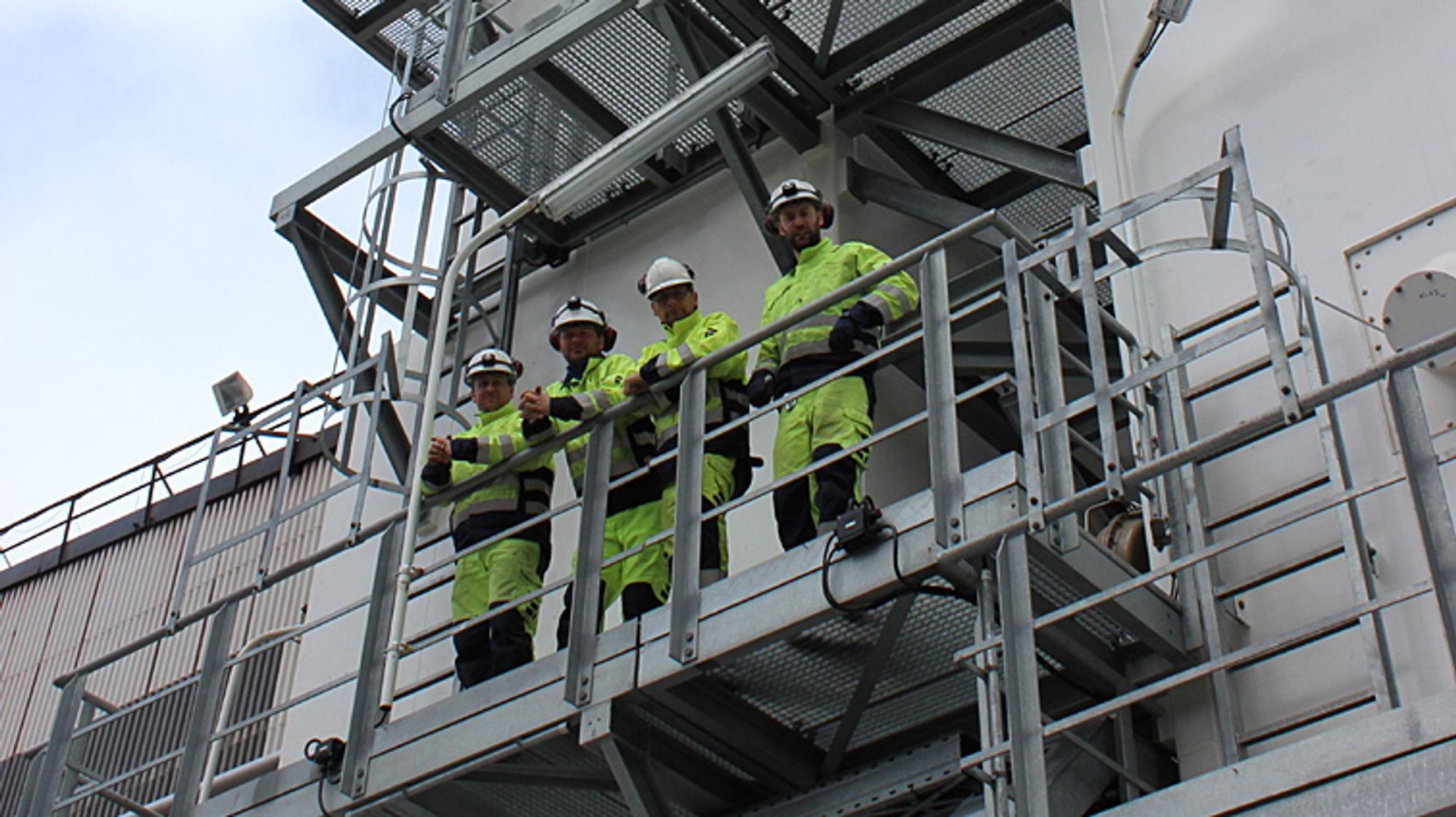 NYÅPNET: Fire glade AGA-arbeidere på selskapets nye luftgassfabrikk ved Mo i Rana.