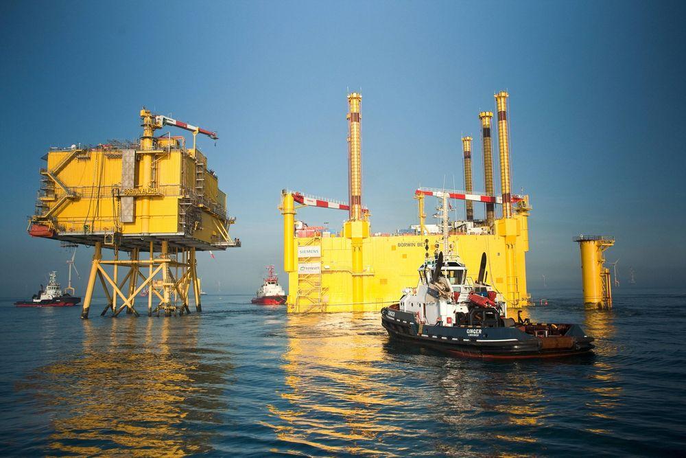"""Dårlig strømkvalitet: Tennet leter etter årsaken til at havvindparken Bard1 leverer """"skitten strøm"""", blant annet ombord i omformerstasjonen Borwin1, levert av ABB. Til høyre er Borwin2, levert av Siemens."""