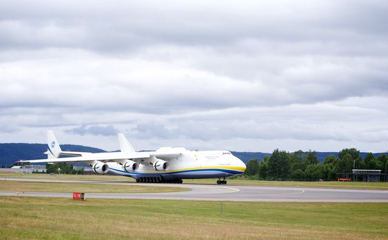 An-225 lander på Oslo lufthavn.