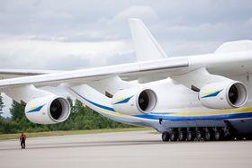 Motorene henger langt ut på An-225.
