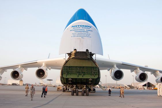 An-225 gjøres klar for å laste ombord 150 tonn norsk forsvarsmateriell.