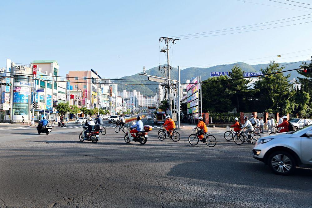 Arbeidsdagen over: Verftsarbeidere på vei ut fra Samsung-verftet på Geoje i Sør-Korea. Her er et de viktigste markedene for norske oljeleverandører utenfor Norge.