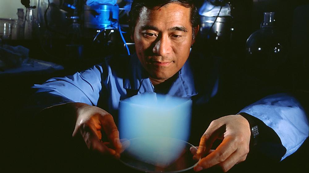 Aerogel som vist på bildet har imponerende egenskaper. Nå har MIT-ingeniører kommet fram til et langt mer solid materiale som deler egenskaper med det superanvendelige og superdyre materialet.