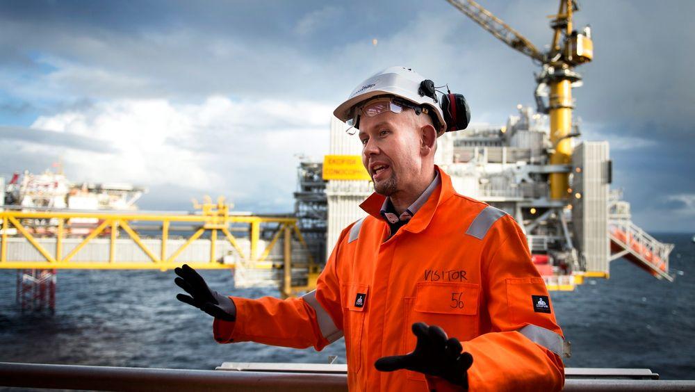 Olje- og energiminister Tord Lien med klart budskap: Oljen på norsk sokkel skal opp. Her fra et besøk på Ekofisk.