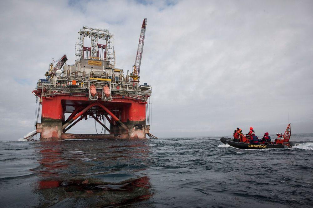 Transocean Spitsbergen ble bordet av aktivister fra Greenpeace, da riggen var på vei til Hoop-området i Barentshavet. Nå er riggen på plass og Statoil har startet boringen av letebrønnen Apollo.