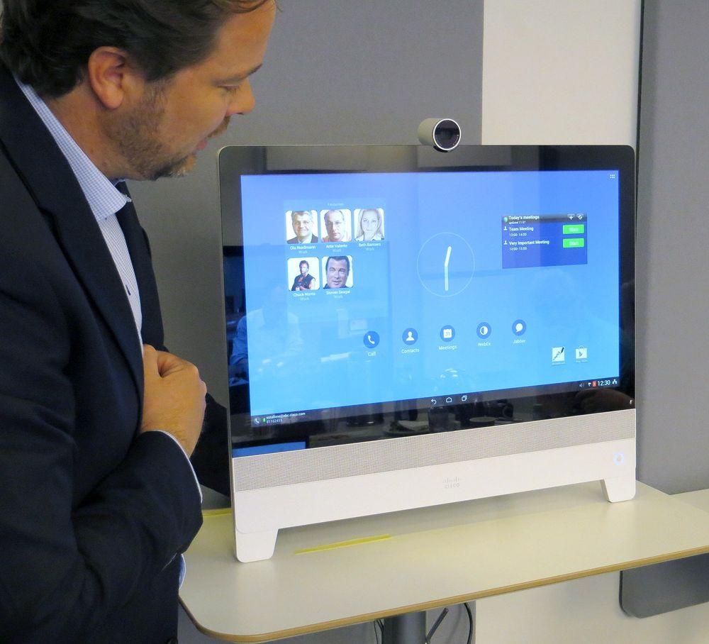Snorre Kjesbu demonstrerer DX80 for Teknisk Ukeblad.