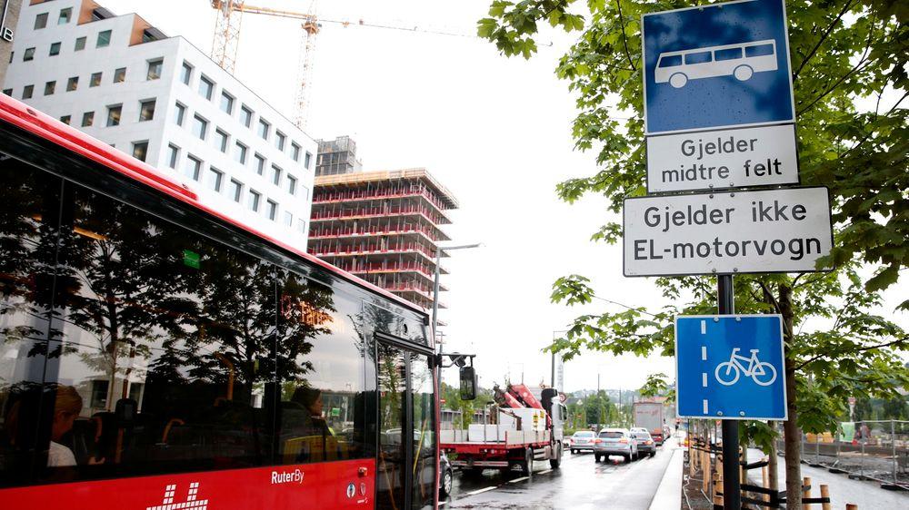 Elbilene får ikke kjøre i kollektivfeltene i Bjørvika, i et forsøk på å bedre fremkommeligheten for busser i området. Mellom 50 og 80 busser i timen kjører Dronning Eufemias gate.