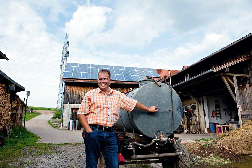 Godt betalt: Helt til 2029 er Jochen Riedl sikret 43 eurocent per kWh i inntekt fra de fire solcelleanleggene han har på takene på småbruket sitt.