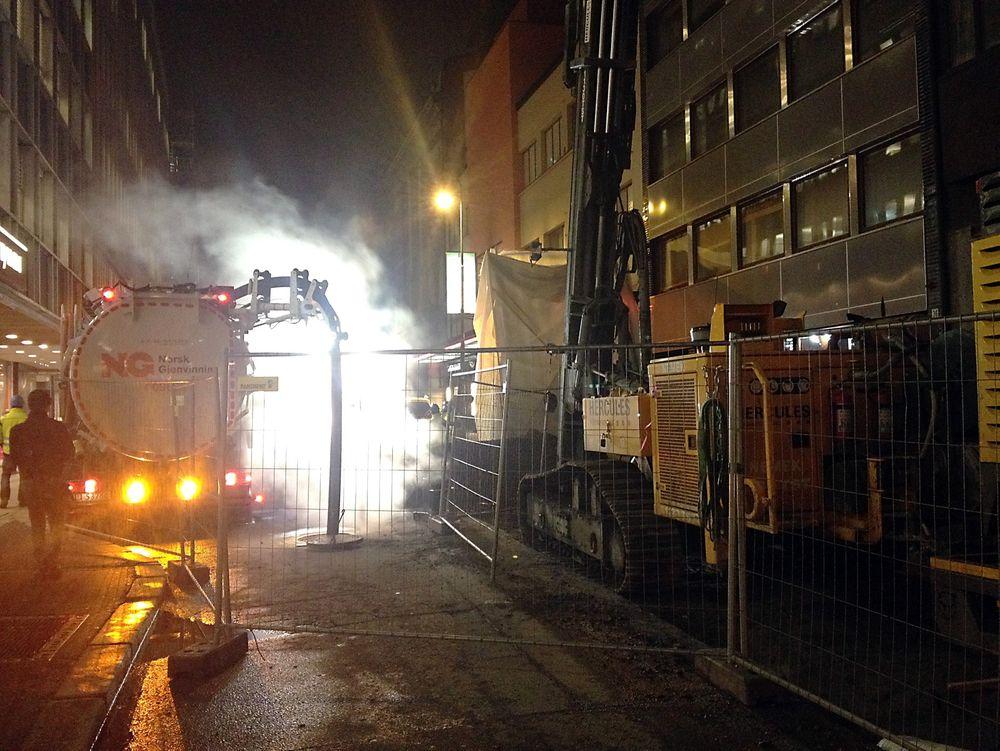Den 12. februar 2014 gravde en entreprenør over en fjernvarmeledning i Akersgata i Oslo. Fjernvarmehavariet fører nå til at Hafslund Varme må sette i gang et omfattende og vanskelig kontrollarbeide av usikre sveiseskjøter i fjernvarmenettet.