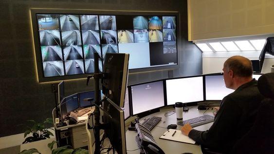 Full oversikt: Over hundre kamera gir operatøren svært god oversikt over Strindheimstunnelen. I tillegg overvåker systemet informasjonen fra alle kameraene og kan gi alarmer eller sette i gang tiltak automatisk om det trengs.