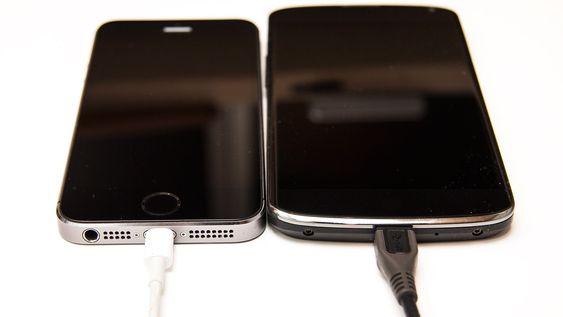 Alt du trenger for å kopiere bilder fra iPhone til Android er USB-kabler og en datamaskin.