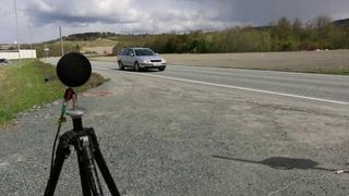 Her prøver forskere å måle støy og utslipp på kjøretøy i fart