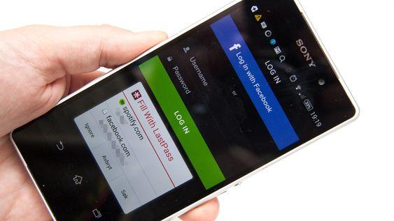 Om du gir Android-appen de rette tillatelsene kan den følge med på appene du bruker og finne ut når du forsøker å logge deg på en tjeneste. I dette tilfellet foreslår den Spotify- og Facebook-innloggingene når vi skal logge oss på Spotify.