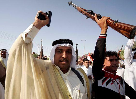 Stammekrigere fra Ramadi hever sine våpen til støtte for irakiske regjeringsstyrker i Karbala som forbereder seg på en motoffensiv mot ISIL.MILITARY)