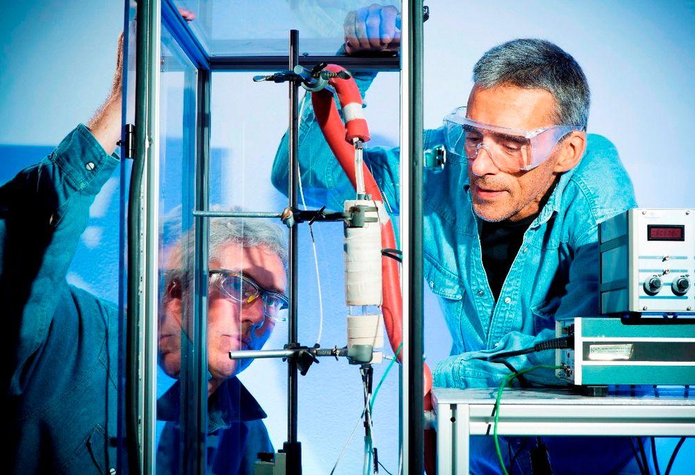 """Knut Thorshaug (t.v.) og Alain Ferber bruker infrarødt emisjons-spektroskopi for å """"lese av"""" den infrarøde varmestrålingen i reaktorer. Det avslører gasser og temperaturer som dannes - og gir ny kunnskap om hva som egentlig skjer i en reaktor."""