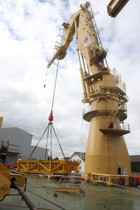 400 tonn: Kranen fra National Oilwell Varco testes med 400 tonn i kroken, og deretter med 40 tonn til. Det merkes ikke i skipet.