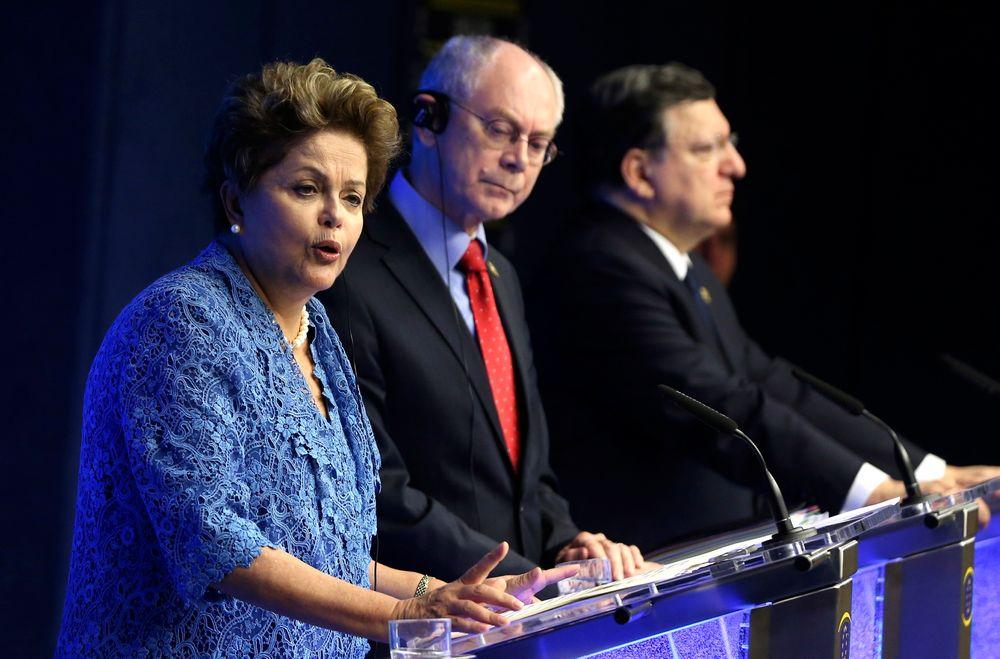 Brasils president Dilma Rousseff, Det europeiske råds president Herman Van Rompuy og EU-kommisjonens president Jose Manuel Barroso på en felles pressekonferanse i Brussel mandag.