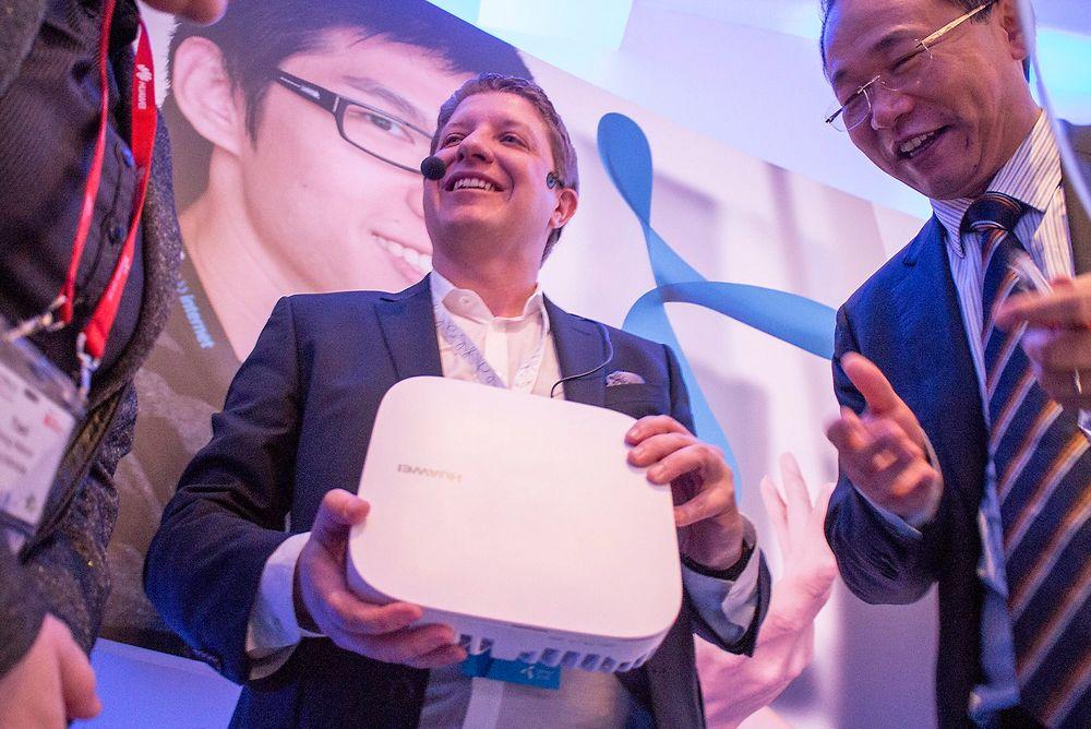 Løser innendørsdekningen: Boksen teknologidirektør Frode Støldal i Telenor Norge holder i hånden skal løse innendørsdekningen i moderne bygninger. Nå skal de forhandle med Huawei om prisen, og det synes ikke som om visepresident i selskapet David Wang har noe mot det.