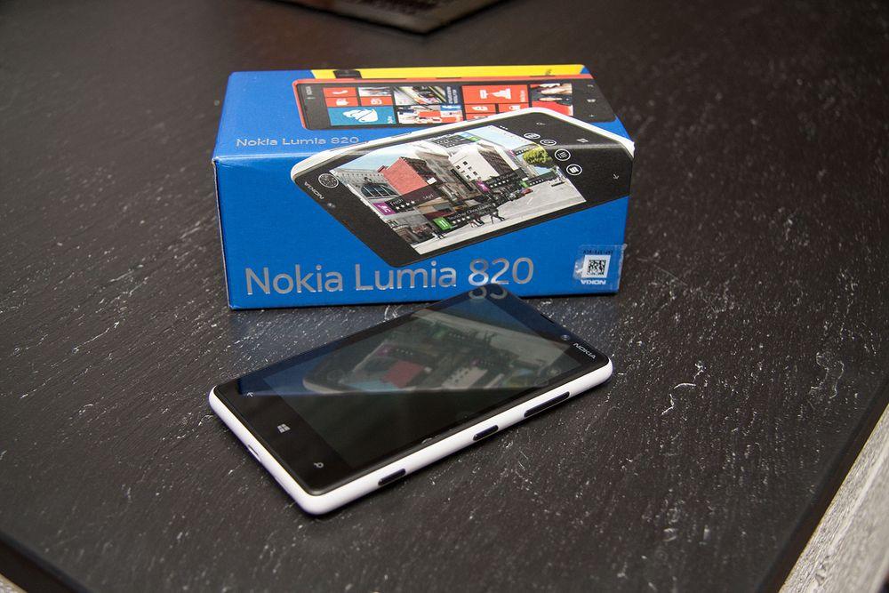 Unboxing: Nokia Lumia 820