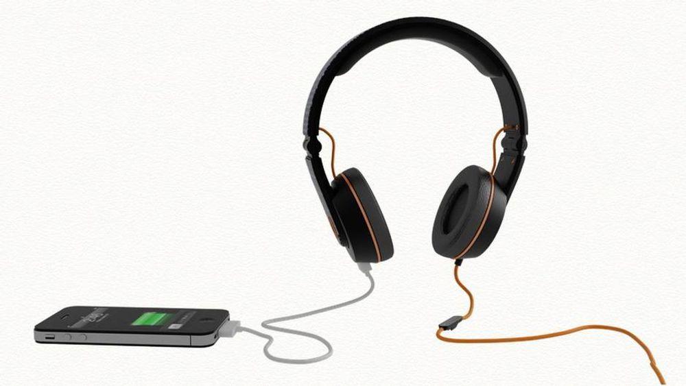TEST: Disse hodetelefonene kan lade mobilen din